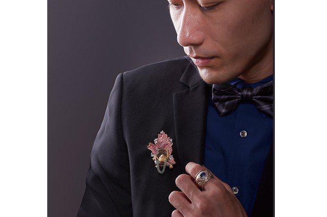 模特兒身上的沉香珠寶胸針,是設計師黃湘晴今年新作。(喜柿珠寶設計)