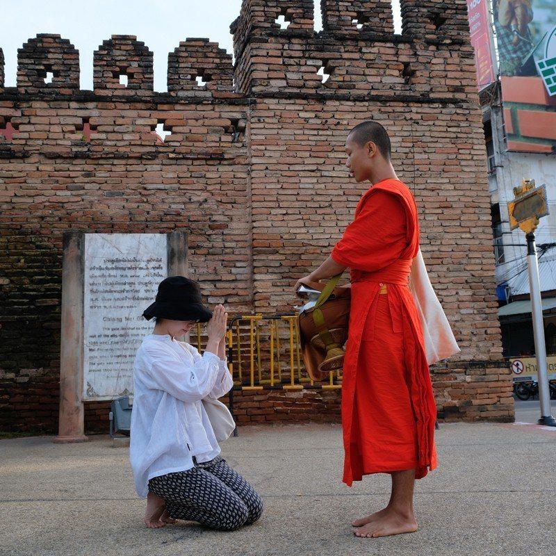 虔誠地脫了鞋,向土地也向僧侶致敬。
