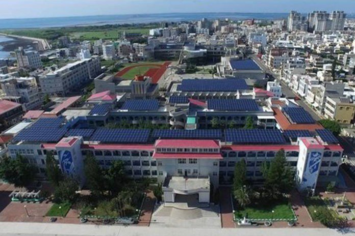 澎湖推動設置太陽能光電,許多學校屋頂都有設置太陽能板。 《獨家報導》新聞部