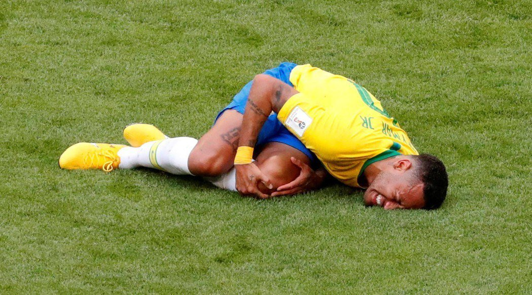 WSJ統計數據後發現,巴西隊領先時,內馬爾摔倒和延誤比賽的狀況就愈明顯。 路透
