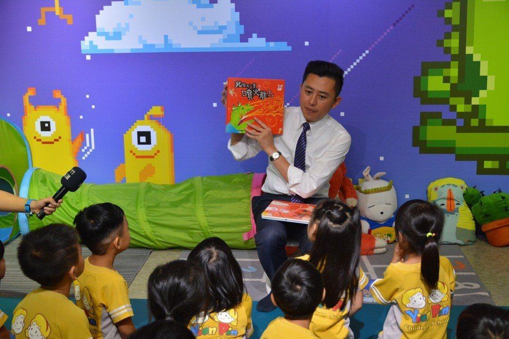 新竹市長林智堅今天扮演「智堅叔叔」,在新竹241藝術空間為小朋友說故事。記者林家...