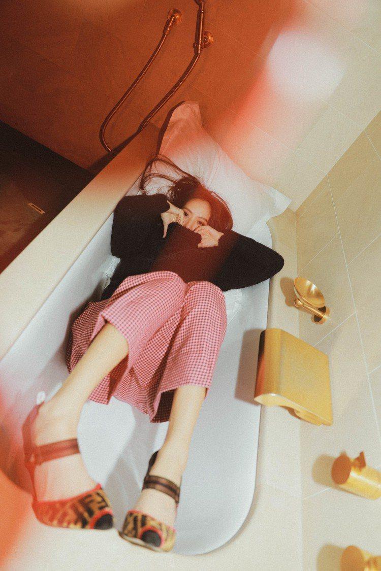 孫芸芸的巴黎行在飯店內穿FENDI早秋紅色格紋褲34,900元、FF logo高...