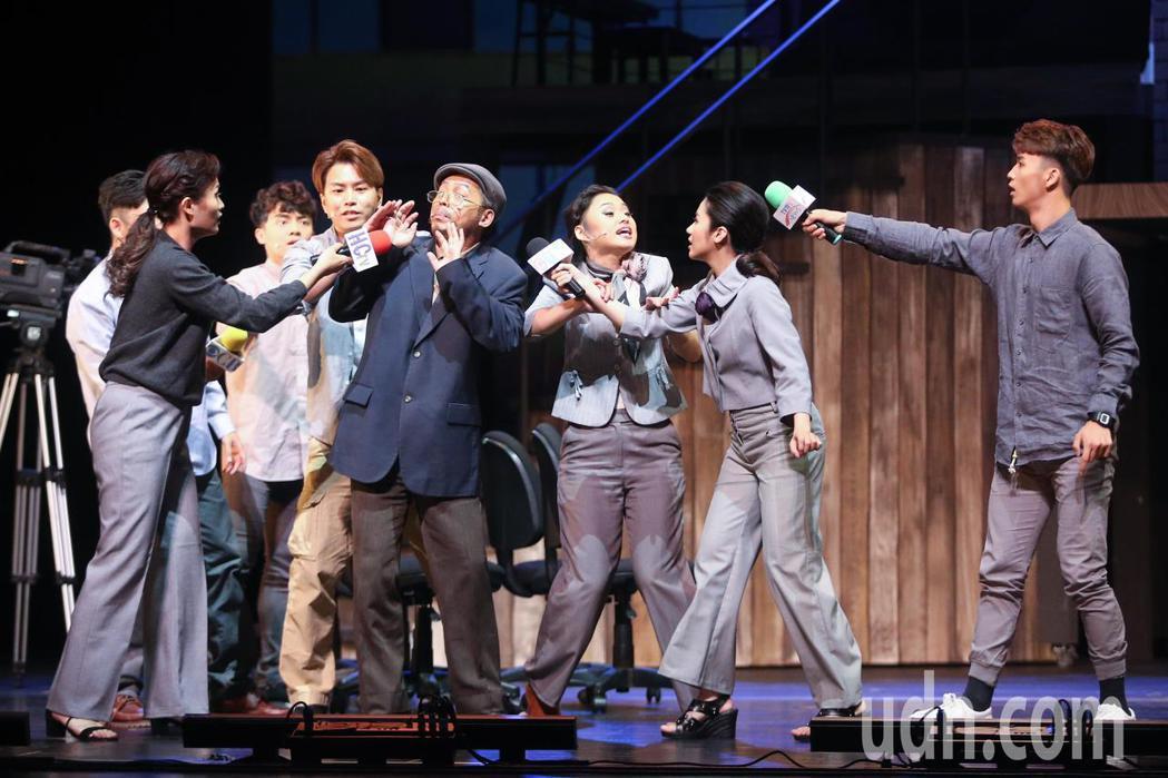 藝人蕭景鴻(左四)與王柏森(左五)聯手演出搭錯車舞台劇。記者黃仲裕/攝影