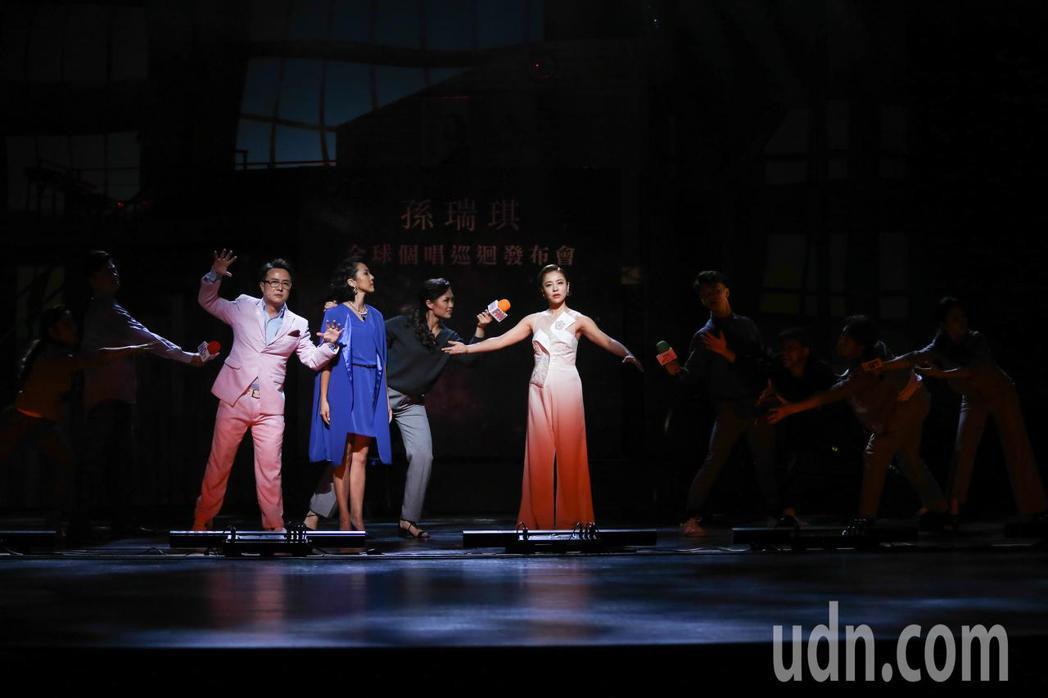 藝人江翊睿(左)、張詩盈(左二)與丁噹(右)演出《搭錯車》舞台劇。記者黃仲裕/攝...