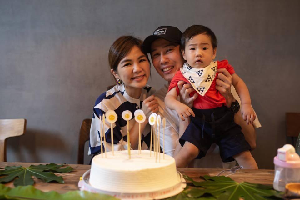 Ella(左起)跟老公結婚6年,兒子勁寶已滿周歲。圖/摘自臉書