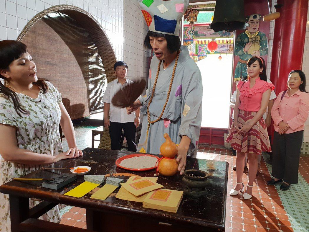 馬念先在「大時代」中飾演說唱乩童「妙叔」,小甜甜則飾演「桌頭」。圖/民視提供