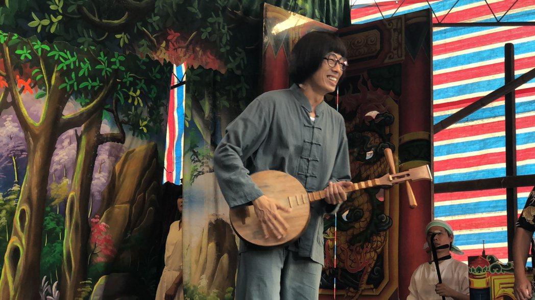 馬念先為演出「大時代」,特別找老師學彈月琴。圖/民視提供