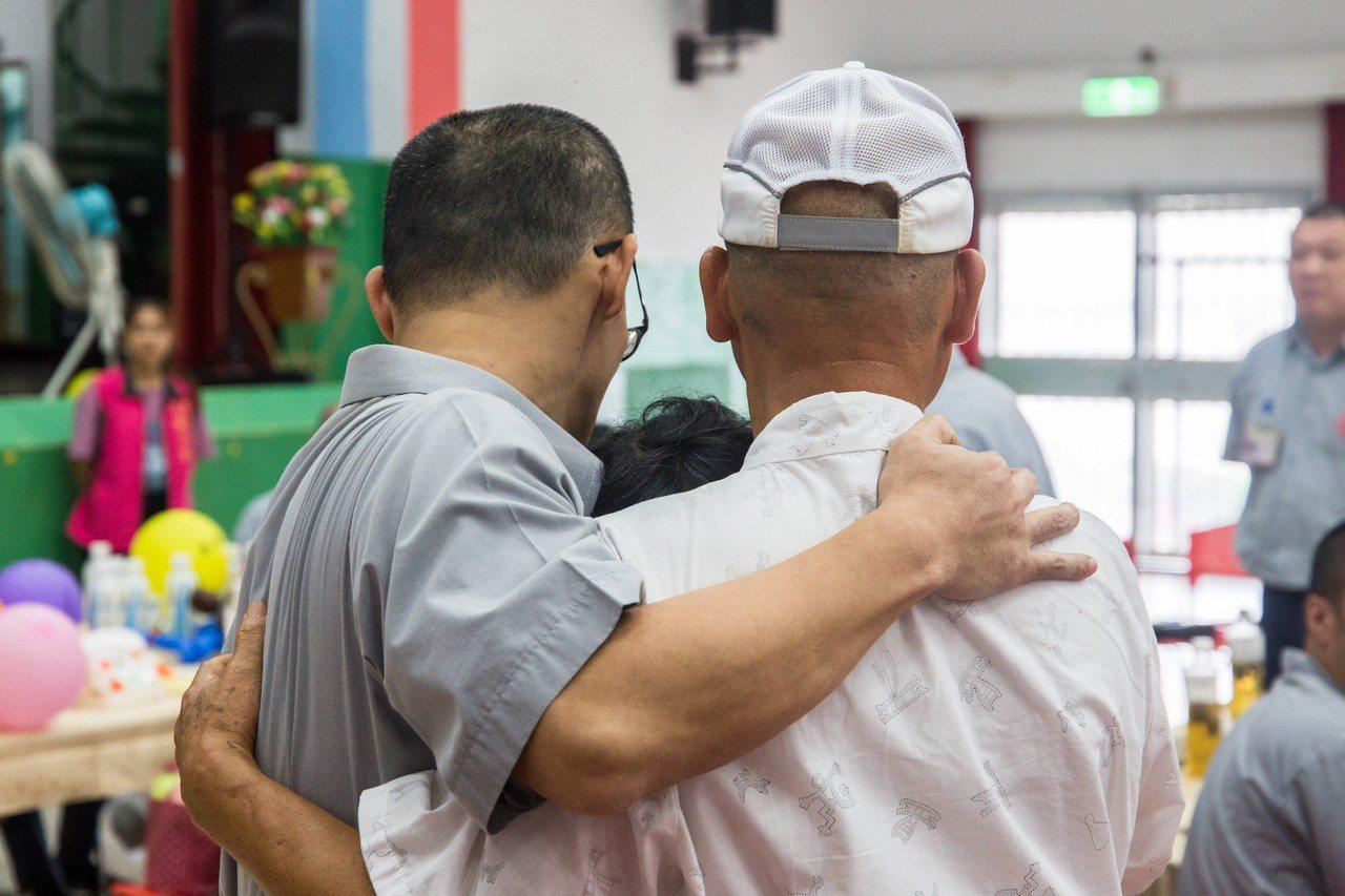 小吳與家人深情擁抱,場面感人。記者蔡翼謙/攝影