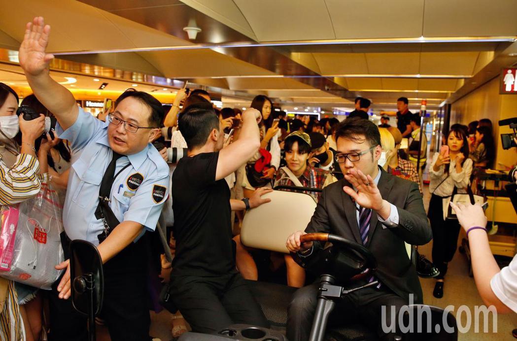 韓團「BTS 防彈少年團」晚上抵台,有上百位粉絲在管制區內接機。記者鄭超文/攝影
