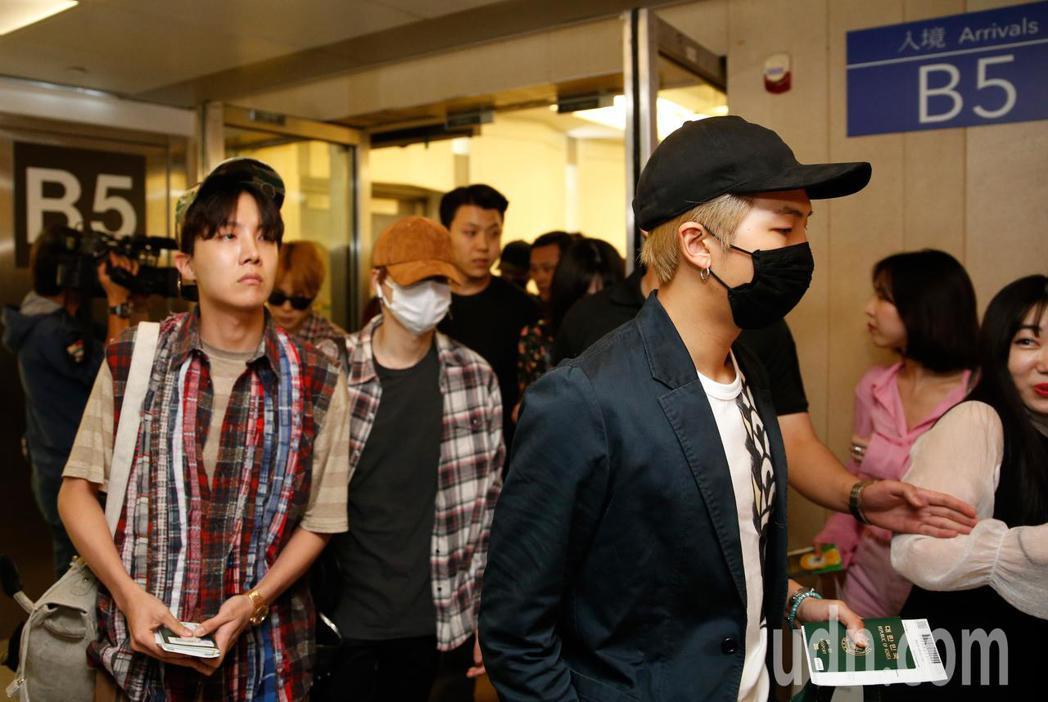 韓團「BTS 防彈少年團」晚上抵台。記者鄭超文/攝影