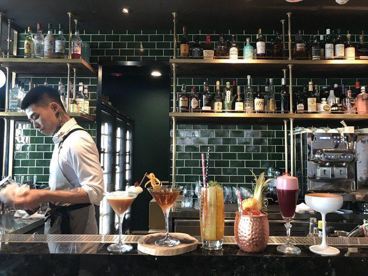 WILDWOOD的吧台,提供適合搭配炙烤料理的調酒與無酒精調飲。圖/記者江佩君攝...