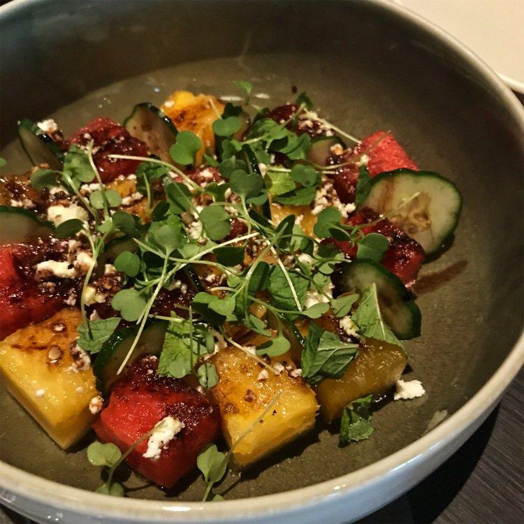 沙拉「西瓜和小黃瓜沙拉、菲達起司、醬油巴莎米可油醋」320元。圖/記者江佩君攝影