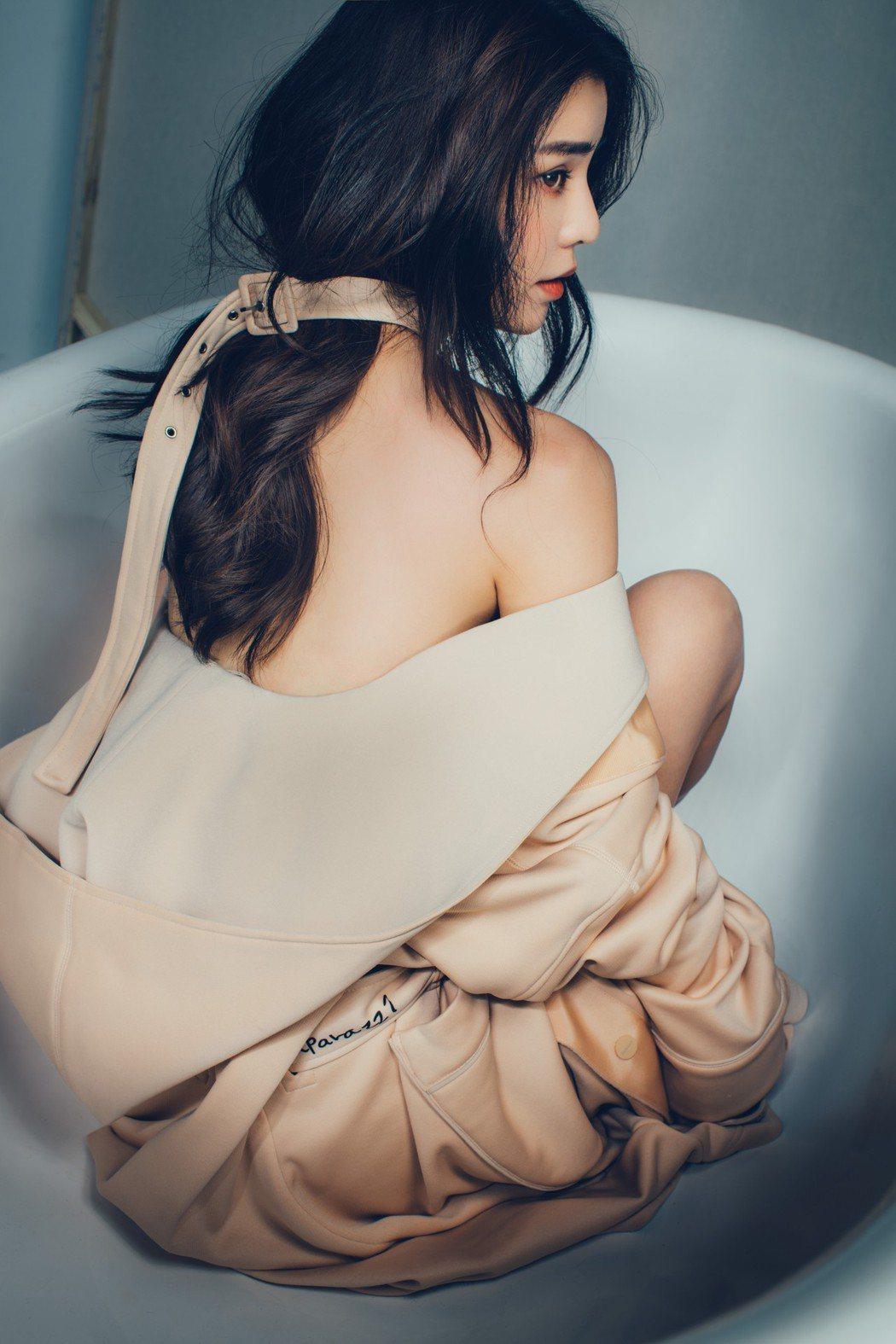 李毓芬穿著參與設計的浴袍,露出美背。圖/Seivson提供