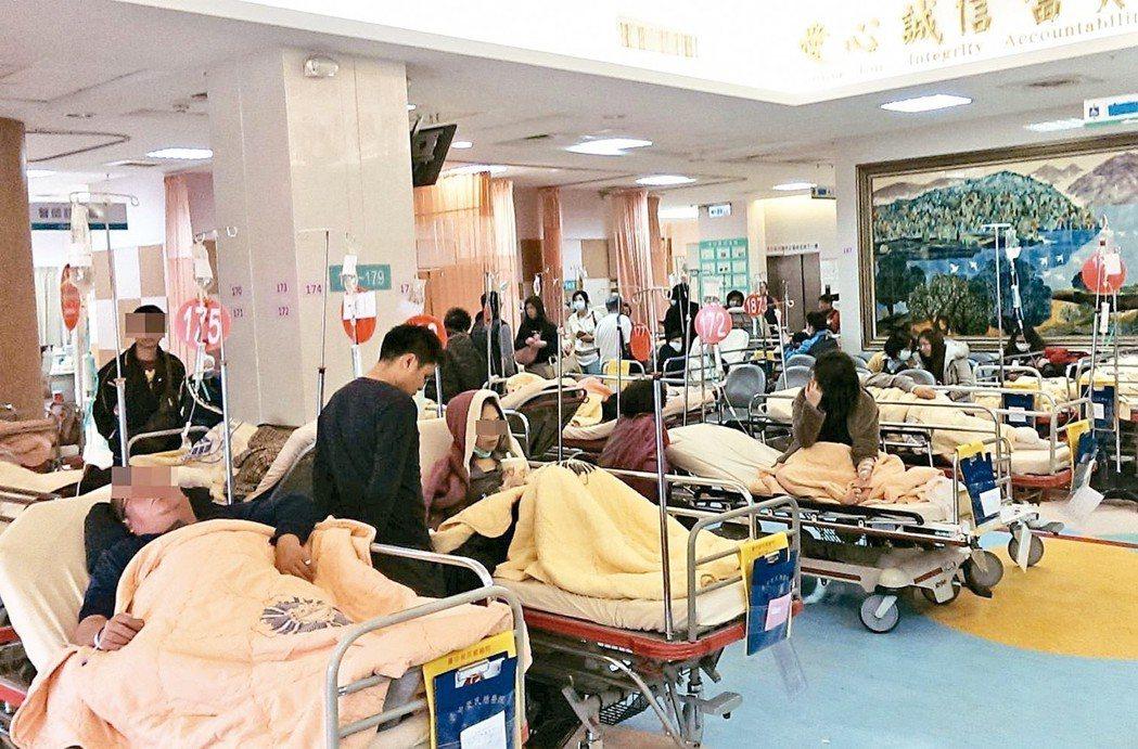 健保署為改善大醫院壅塞問題,7月1日起落實轉診,圖為大醫院急診壅塞情況。 記者趙...