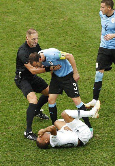 負責防守姆巴佩的烏拉圭後衛高汀想要拉起姆巴佩,要他別再裝了。 美聯社