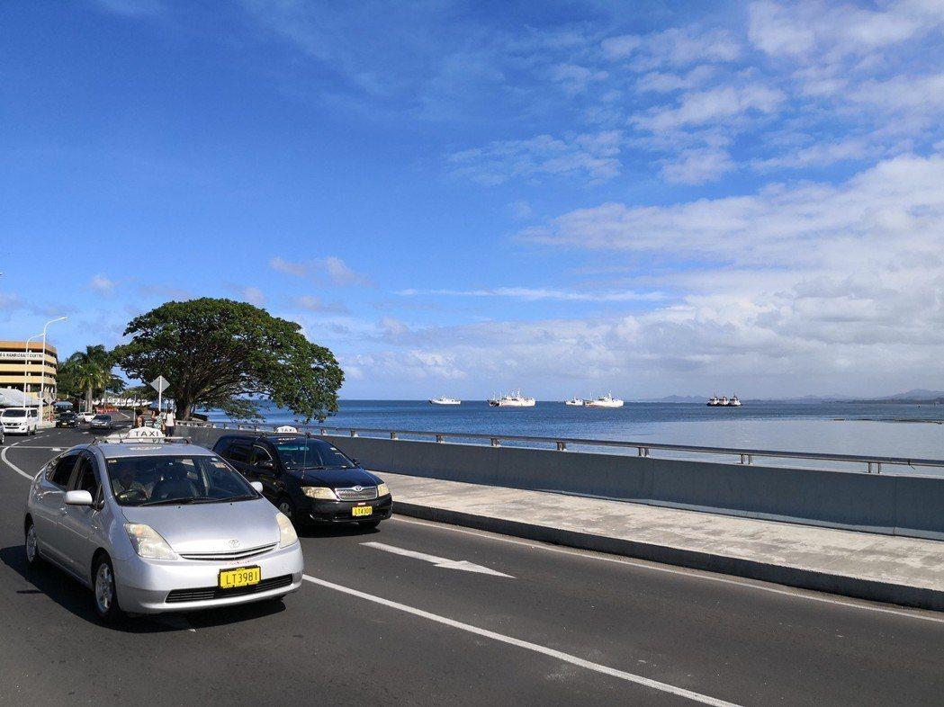 中國大陸援助斐濟的斯丁森橋在年初建成並通車,幫忙紓解斐濟首都蘇瓦的交通。 (新華...
