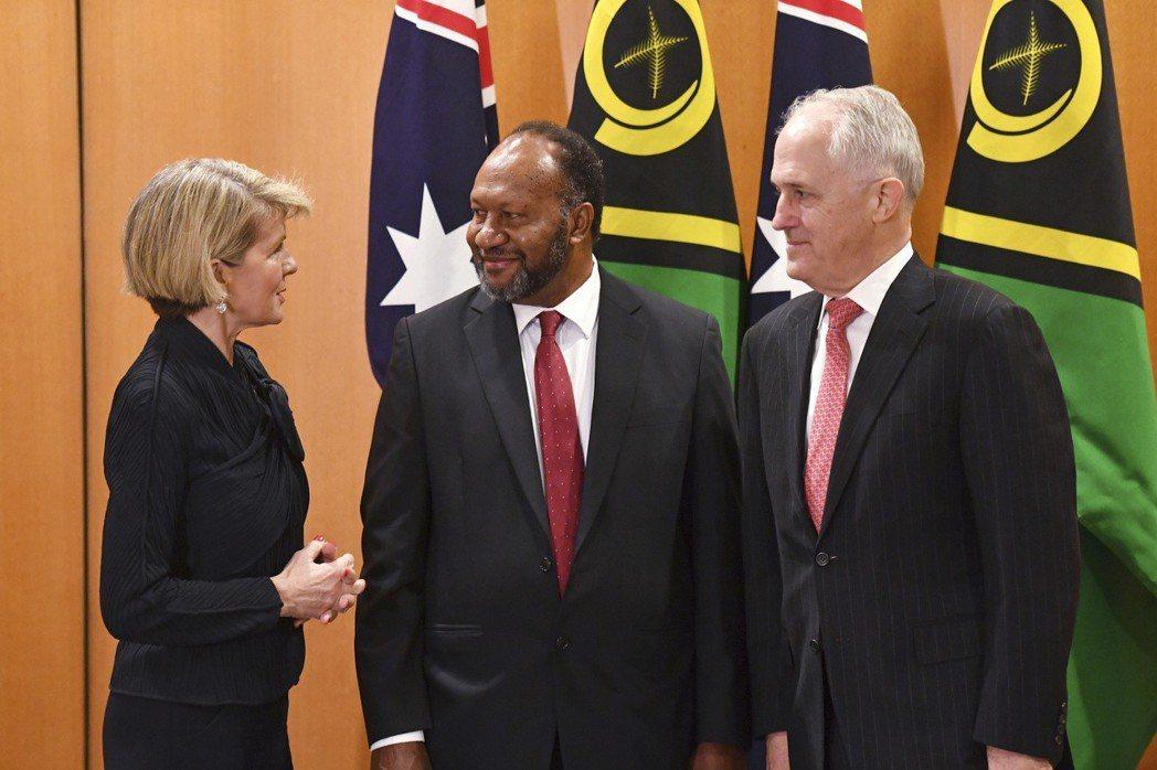 為防中國染指南太平洋鄰國,澳洲總理滕博爾(右)六月在跟萬那杜總理薩威(中)會面時...