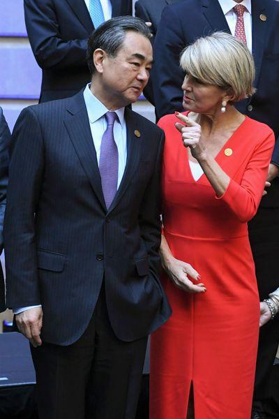 今年G20外長峰會上,澳洲外長畢紹普(右)向中國大陸外長王毅釋放友好信號,有意緩...