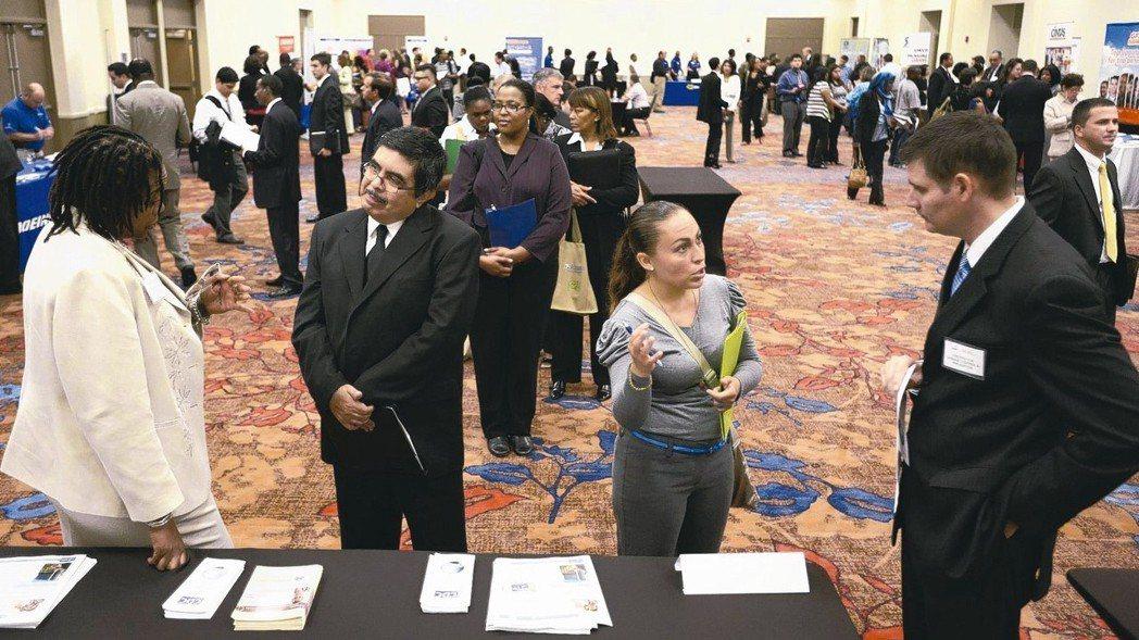 美國6月就業報告維持強勁基調,但失業率及工資升幅不如預期。 美聯社