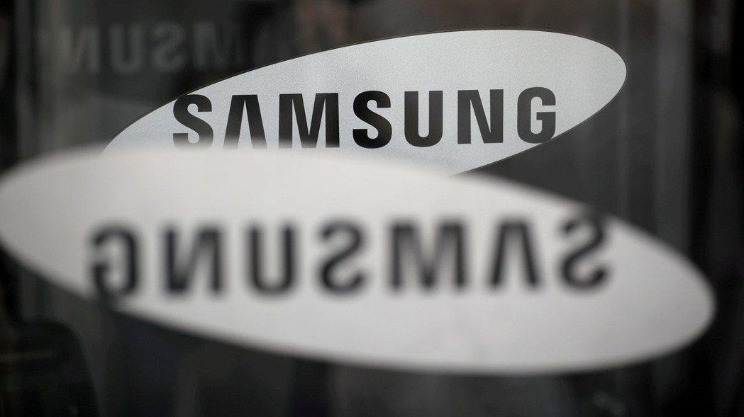 南韓三星電子6日公布初步財報,晶片事業的強勁表現受到智慧手機和顯示器面板的銷售減...