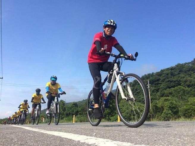 在炎熱的高溫下,孩子們要挑戰自己,完成1,100公里的環島任務。逆轉聯盟協會/提...