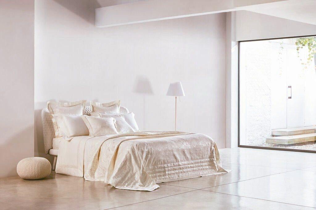純白潔淨相當適合新房布置的花之樂隊系列聖潔白寢具。 FRETTE/提供