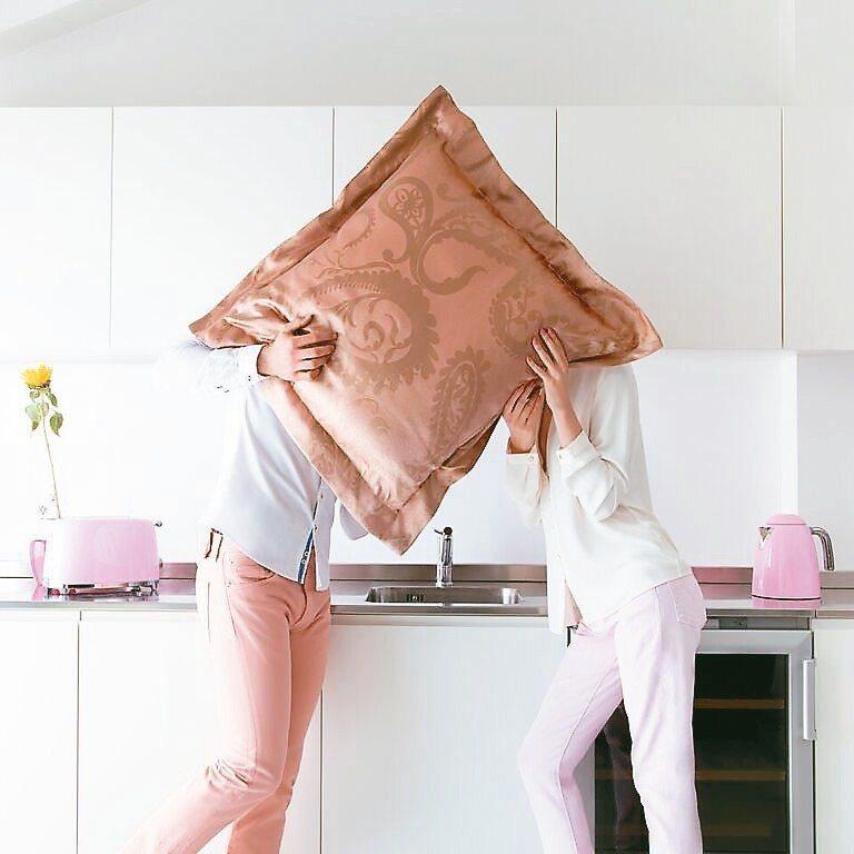 粉金色系的奢華抒情民謠緞織緹花大抱枕套,可帶來更多喜氣。 FRETTE/提供