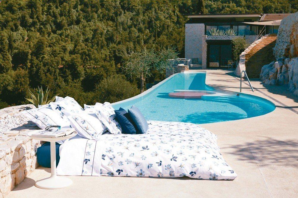 白底藍色的印花雙人床組也很適合年輕夫妻的新房使用。 日比家族/提供
