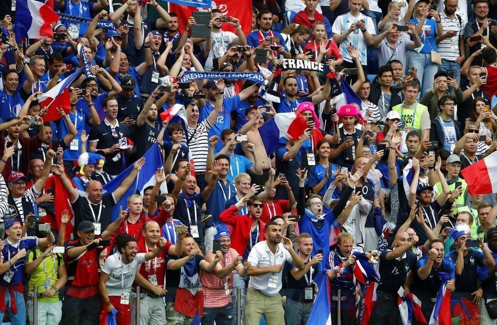 法國小組賽表現乏善可陳,如今擊敗烏拉圭挺進4強,躍身奪冠最熱門,球迷期盼重演世足...