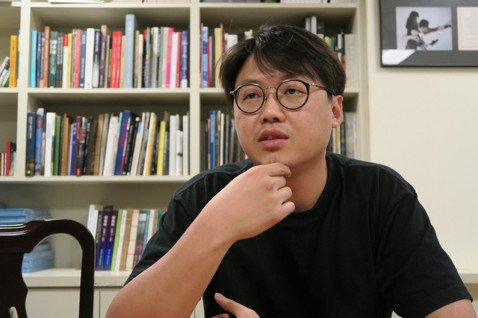 導演曾英庭以「最後的詩句」拍出台灣青貧世代的戀情悲歌,他感嘆年輕人即使努力,也難實現夢想。拍攝男女主角機場離別戲時,曾英庭特別有感,一度情緒失控,淚流不止。「最」片是公共電視首部新創電影,去年3月首...