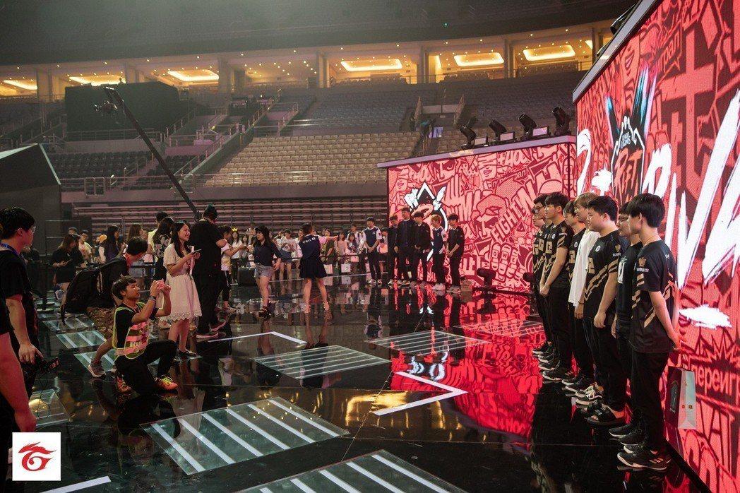賽後進行的玩家見面會吸引大批粉絲熱情參與。