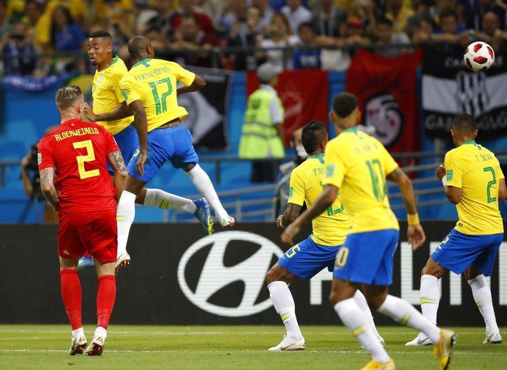 巴西費南吉尼歐(左三)烏龍球頂進自家球門。 美聯社