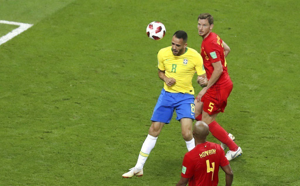 巴西奧古斯托(左)頭錘破網。美聯社