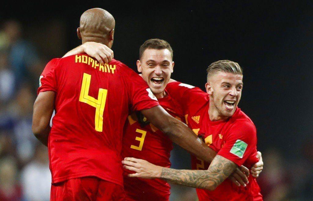 比利時2:1踢倒巴西,球員興奮擁抱。 美聯社