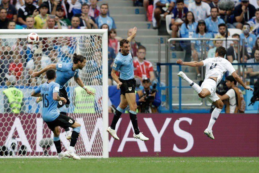 法國後衛瓦拉內(右)利用自由球的機會,在上半場率先為球隊進球,這球頂得弧度與力道...