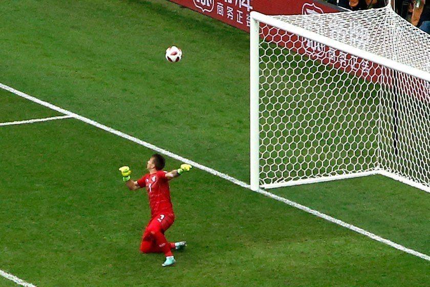 烏拉圭門將穆斯萊拉在小組賽時一球未失,但在八強賽被法國踢進兩球,其中第二球是他自...