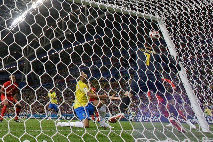巴西後衛席瓦(中)掌握大好機會已攻到門前,但竟然射中門柱,運氣實在太壞了! 美聯...