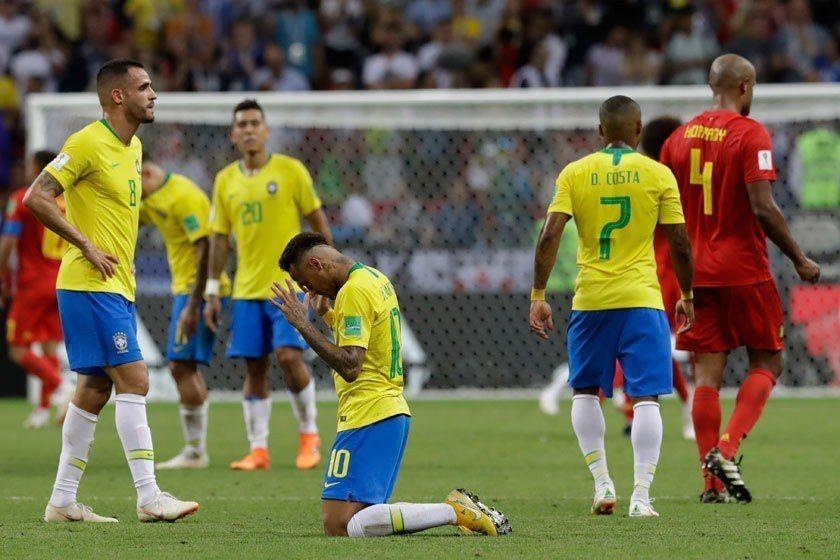 巴西隊輸給比利時,在八強賽就止步,冠軍美夢再次破滅,賽後當家球星內馬爾(中)跪地...