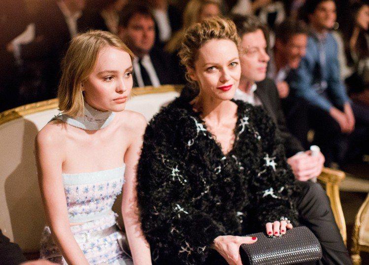 莉莉蘿絲戴普和母親凡妮莎巴哈迪一同看秀。圖/香奈兒提供