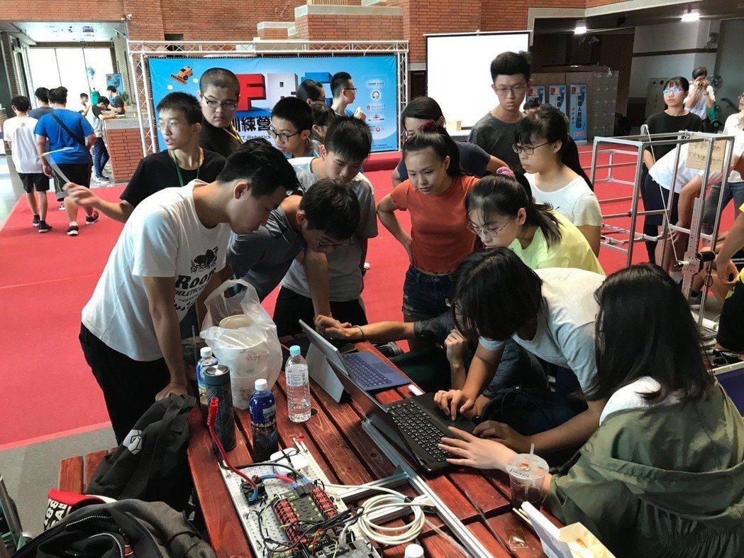 FRC機器人訓練營外,吸引許多高中職師生一同參與,透過跨校組組隊,共同學習觀摩。...