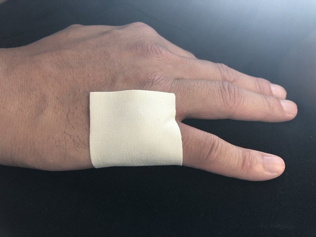 張睿家一上場打得太激烈,不慎「吃蘿蔔乾」手指關節挫傷。圖/周子娛樂提供