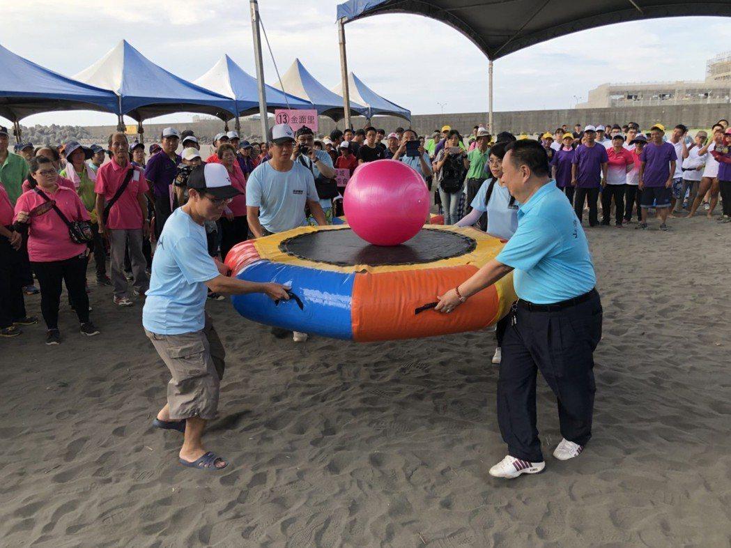 2018音浪頭城-海洋文化節今、明兩天在烏石港沙灘舉行,今天沙灘趣味競賽開幕。圖...