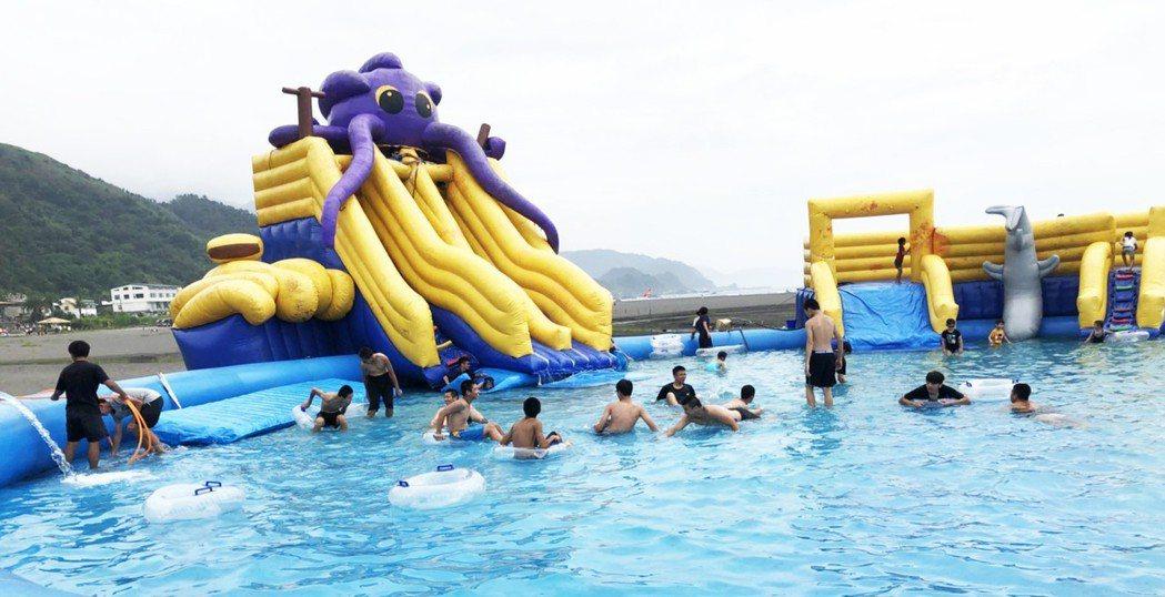 2018音浪頭城-海洋文化節今、明兩天在烏石港沙灘舉行,有巨無霸戲水池。圖/頭城...