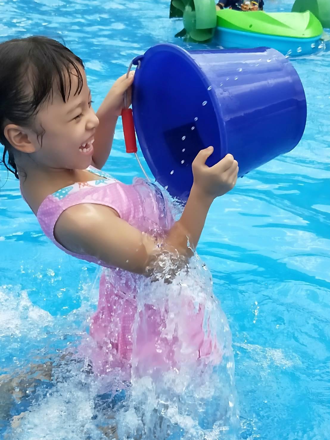 員林市公所和員林青商會今天下午在員林國小,合辦潑水節親子活動,吸引很多小朋友開心...