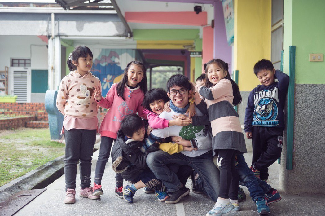 偏鄉教師徐凡甘(中),運用耐心與創意,改善許多偏鄉孩子的親子關係,也因此激發孩子...