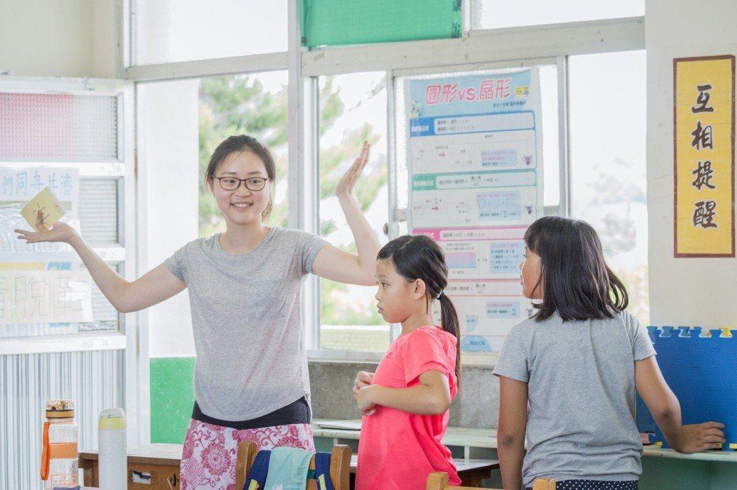 偏鄉教師鍾定瑜(左),運用耐心與創意,改善許多偏鄉孩子的親子關係,也因此激發孩子...