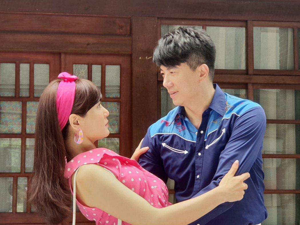 吳皓昇(右)、邱琦雯拍攝新戲「大時代」有不少親密接觸。圖/民視提供