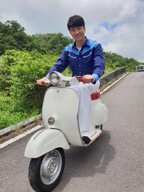 吳皓昇在「大時代」中飾演富家公子,自嘲回到家就變成掃地工。圖/民視提供