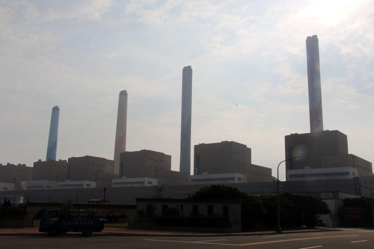 空汙再度成為台中市長選舉藍綠攻防議題,圖為台中火力發電廠。圖/報系資料照