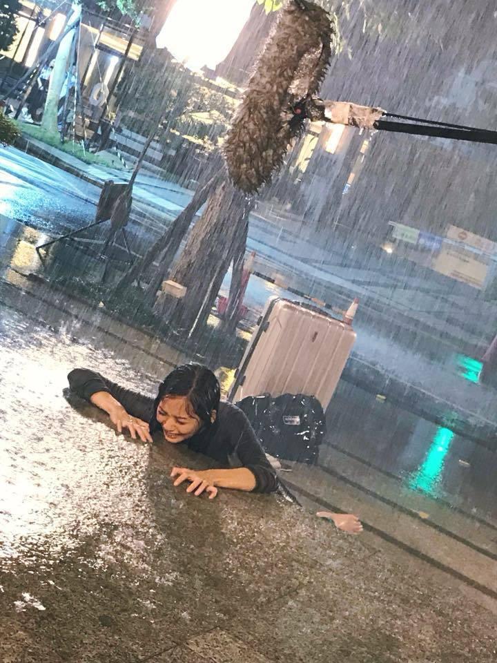 張靜之在戲中被趕出家門,哭倒在暴風雨中。圖/摘自臉書